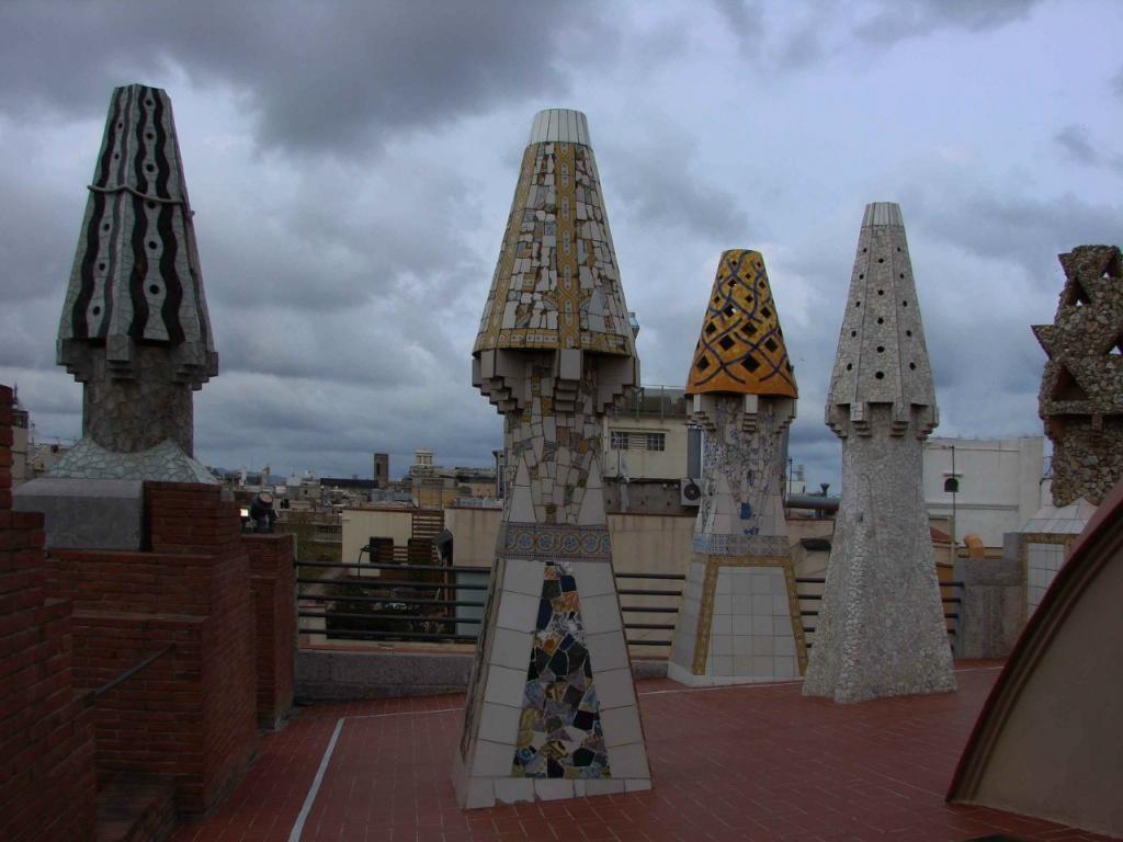 """Это - первый дом Гауди с """"волшебным садом"""" на крыше. После Дворца Гуэль он постоянно начнет превращать обычные дымовые трубы в причудливые башенки, """"наряженные"""" как на бал."""