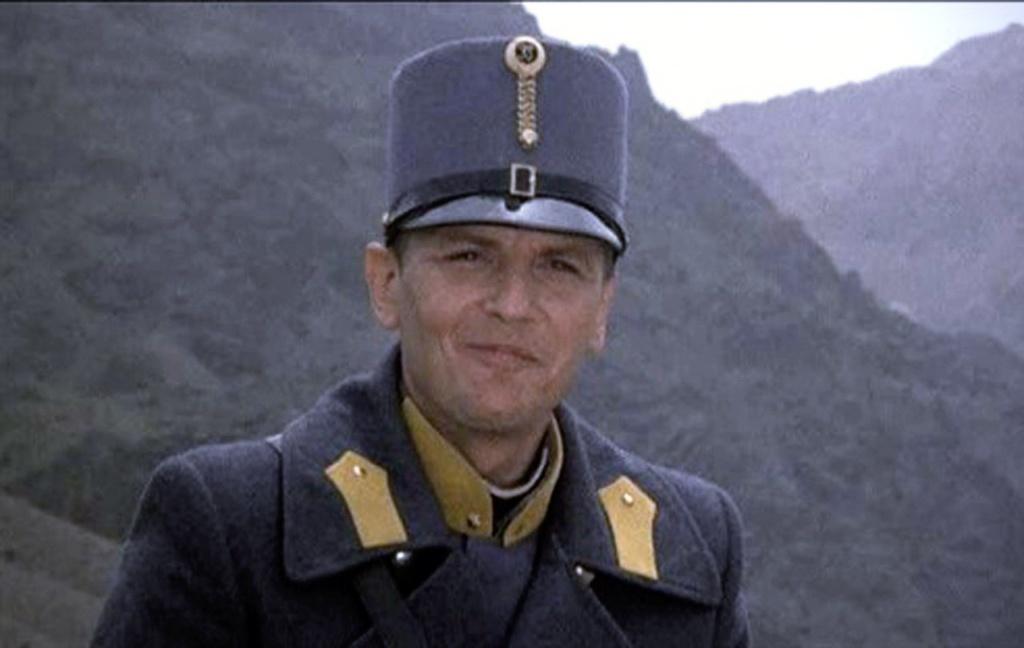 """""""Самонадеянный и беспечный"""" лейтенант Джованни Дрого сталкивается с ситуацией, которой ему не понять, которой ему не принять. Пока не принять..."""
