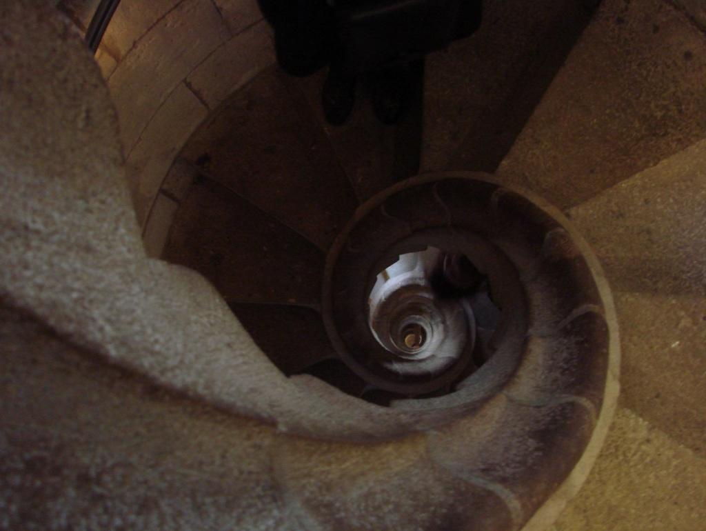 Веретенообразные или спиралевидные лестницы, позволяющие ощутить на чем зиждется устойчивость башен.