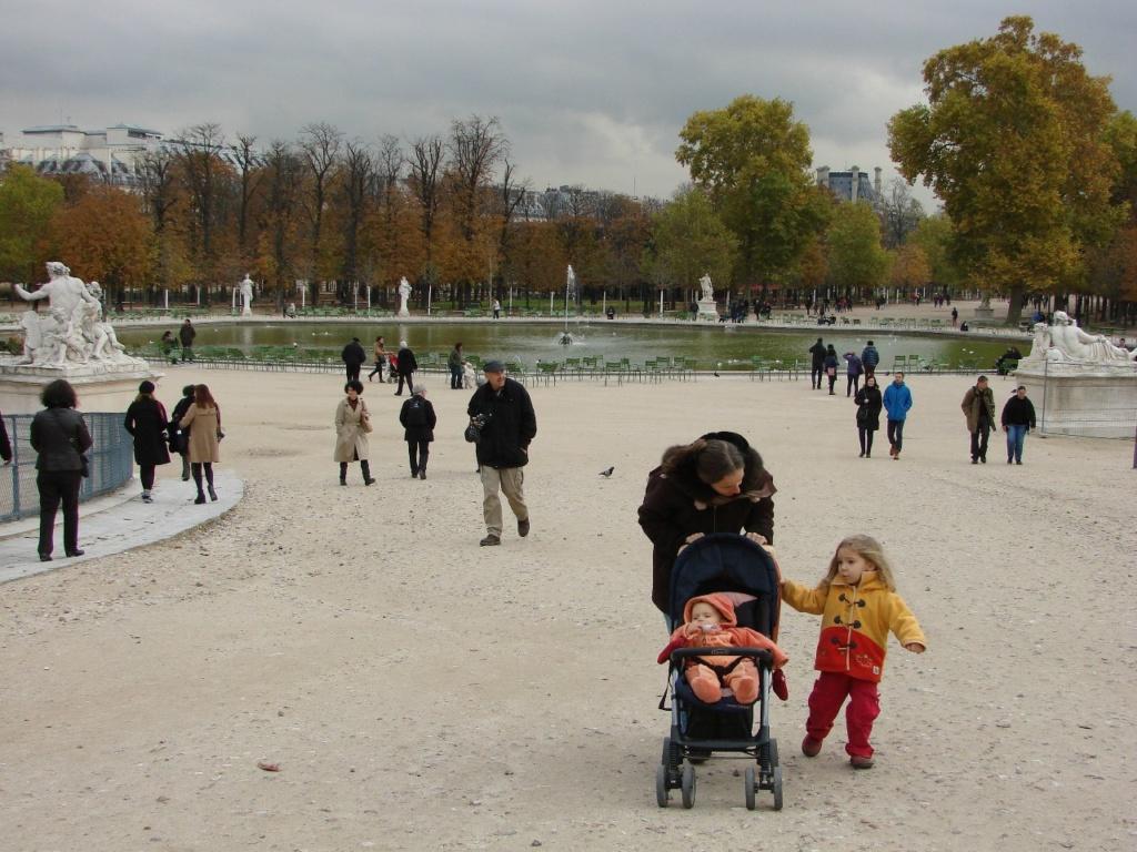 Семейство покидает парк Тюильри...