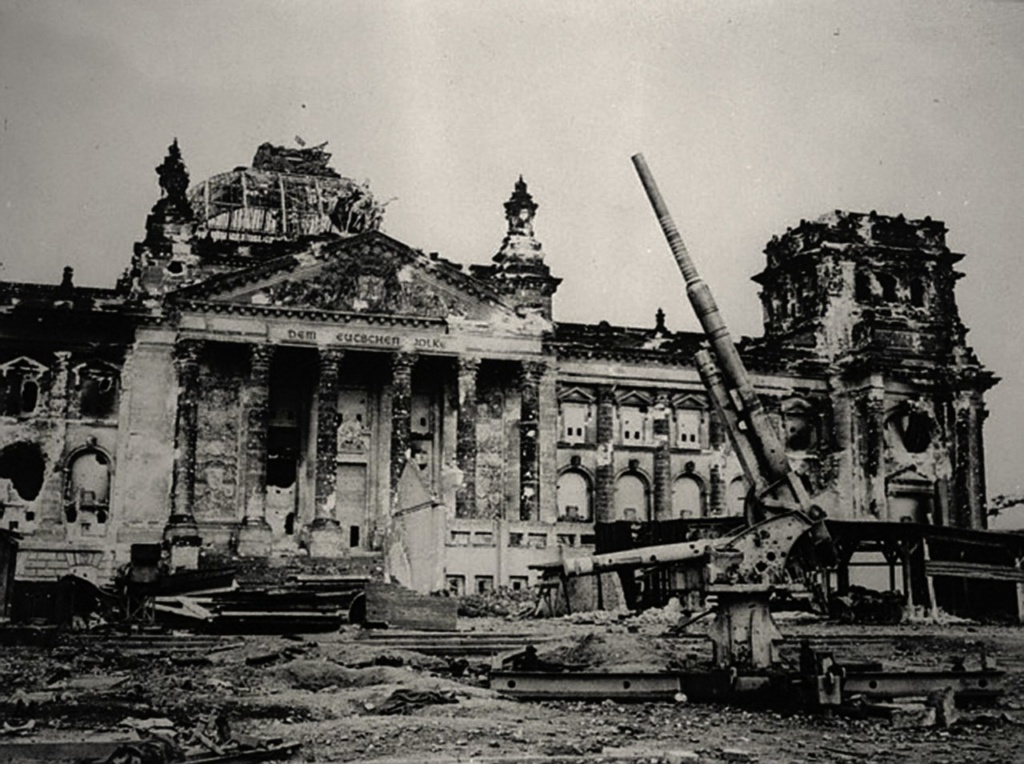 Рейхстаг: башни здания были расширены в 1941 году, как зенитные башни. Подвал использовали во время войны как роддом...