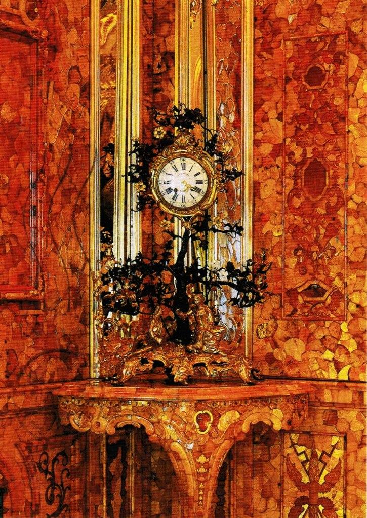 Французские часы в виде цветущего дерева. 1745 - 1749. Являлись частью обстановки знаменитой Янтарной комнаты Большого Царскосельского дворца на протяжении всего существования этого уникального интерьера.