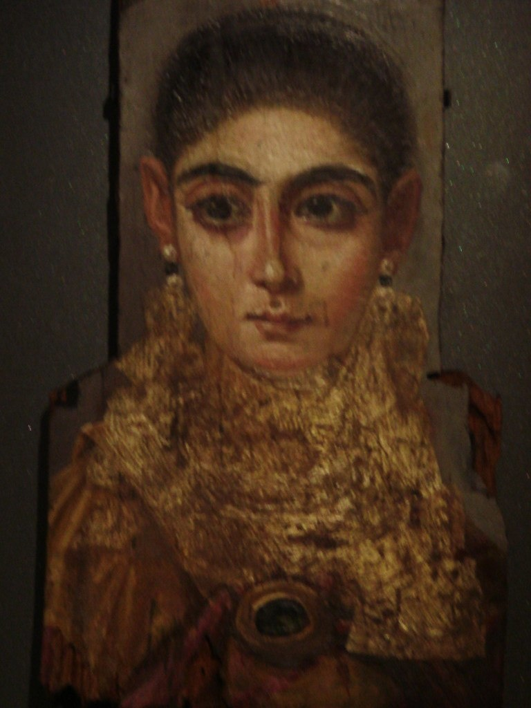 Портреты из Фаюмской коллекции, хранящейся в Лувре. Несмотря на то, что погребальные портреты делались при жизни, это - «идеальное» изображение человека: спокойное лицо с легкой улыбкой, отрешенное выражение лица. И глаза...