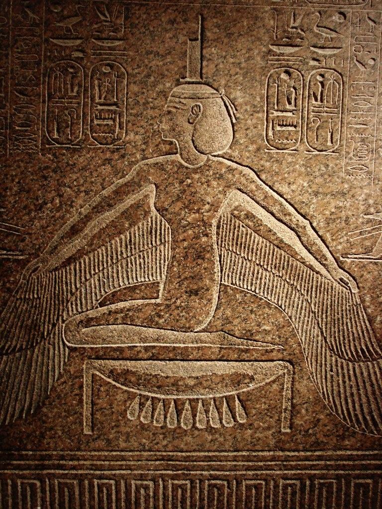 Рельеф на торце саркофага из гробницы Рамсеса III. XX династия. Новое царство. Розовый гранит. Богиня Исида.