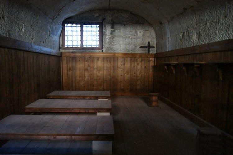 Венеция. Тюрьма Карчери... Если привозили солому, значит, заключенные спали на соломенных тюфяках. Антисанитария полная... Окно выходит в тюремный двор, тоже каменному мешку подобный.