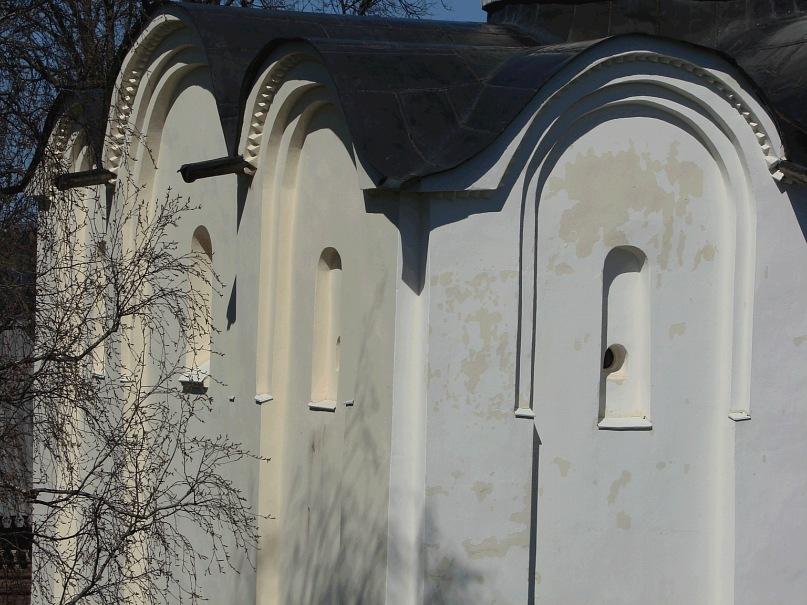 Собор Св. Георгия. Западный фасад (с входом). Возведен в 1164 году в честь победы над шведами. Вид на закомары и лопатки западного и южного фасадов