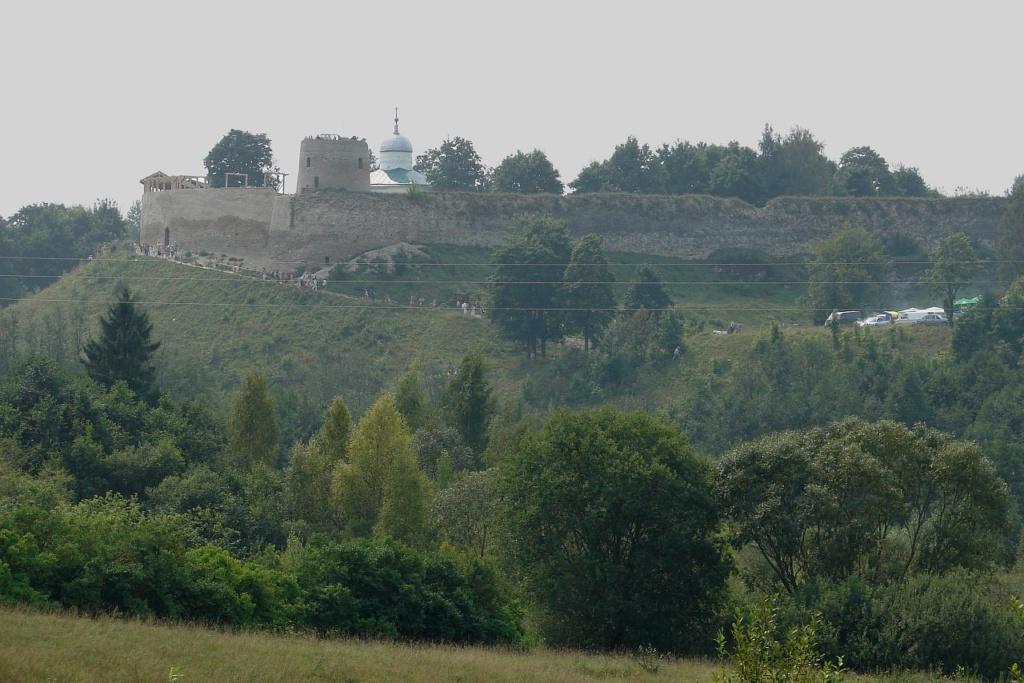 Вид с Изборской котловины на Жеравью котловину и крепость