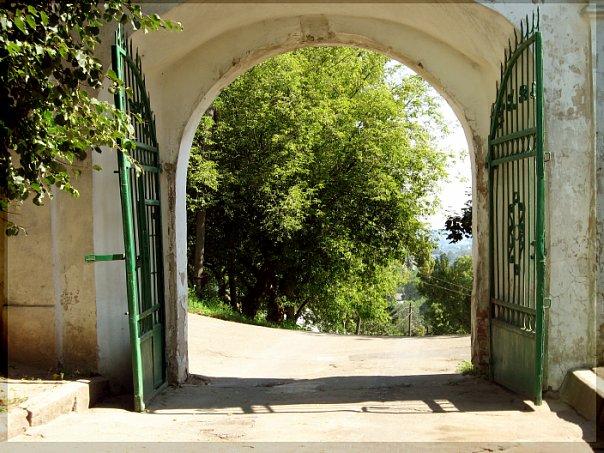 """Смоленск. Врата от Успенского собора... Дорога, мечты и стремления. Но ведь """"все драгоценные вещи достигаются трудом""""..."""