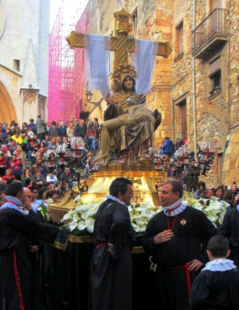 Каталонцы очень ревностно относятся к своей культуре. Устройство различных шествий для них - святое дело. Привожу перечень праздничных дней в Барселоне, в 2014 году...