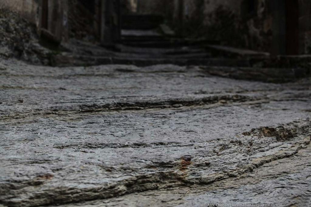 Под ногами в Рупите - застывшая лава, превращенная за тысячелетия в ступени, образующие узкие улицы между домами, сложенными из камня, разбросанного вокруг после очередного вулканического извержения...