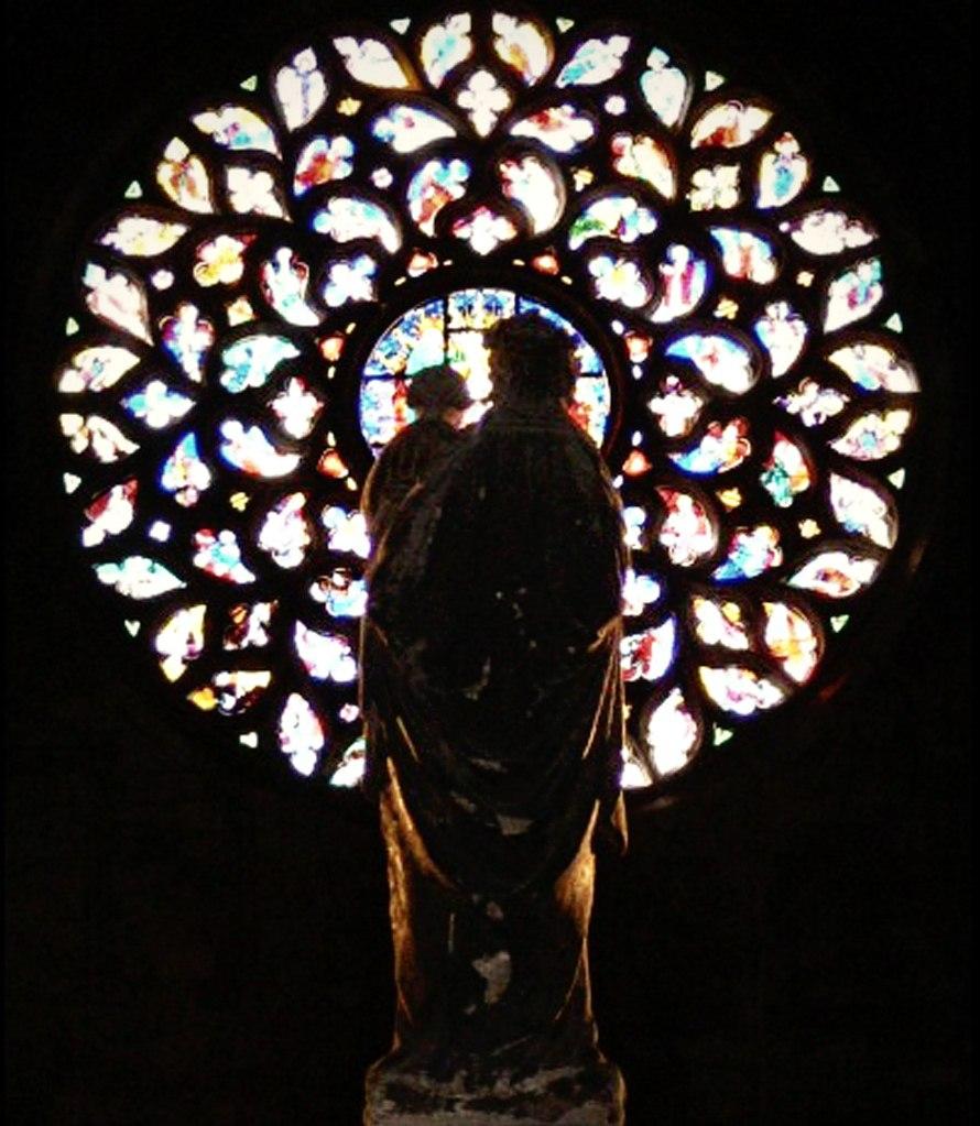 Интерьер собора Санта-Мария-дель-Мар. Начало (роза) и завершение (скульптура) Главной оси храма. Фото из Интернета.