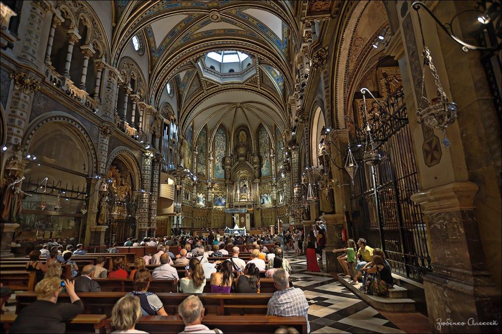 Молельный зал Главного храма монастыря Монтсеррат... Основной неф зала с боковыми капеллами и галереями над ними.