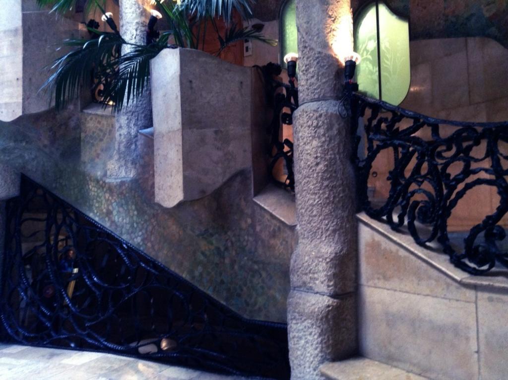 Каса Мила. Антонио Гауди. Внутренний световой двор. Или лучше - патио. Или еще лучше - триумфальный зал под открытым Каталонским небом, поющий славу Солнечному свету....
