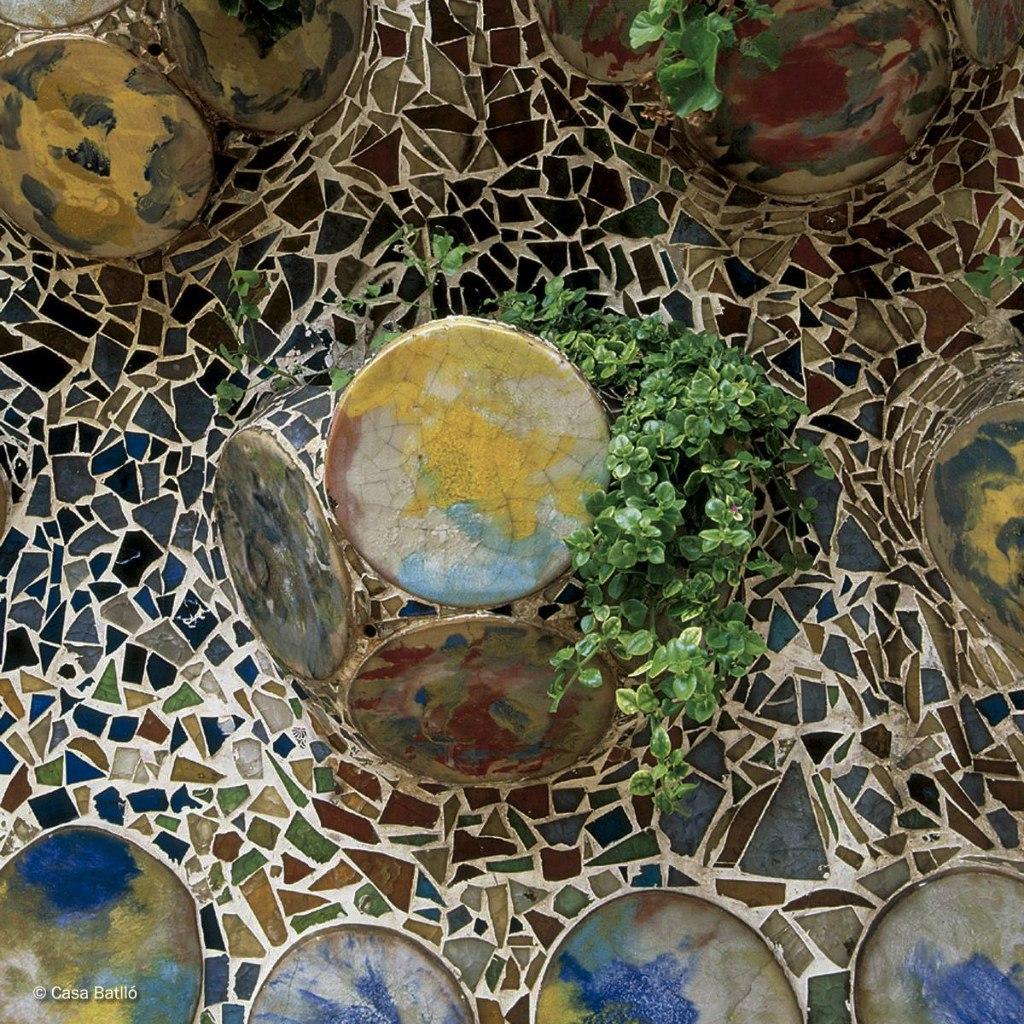 Барселона. Каса Бальо. Антонио Гауди. 1906 год. Фрагмент мозаичного панно на стене по оси террасы...