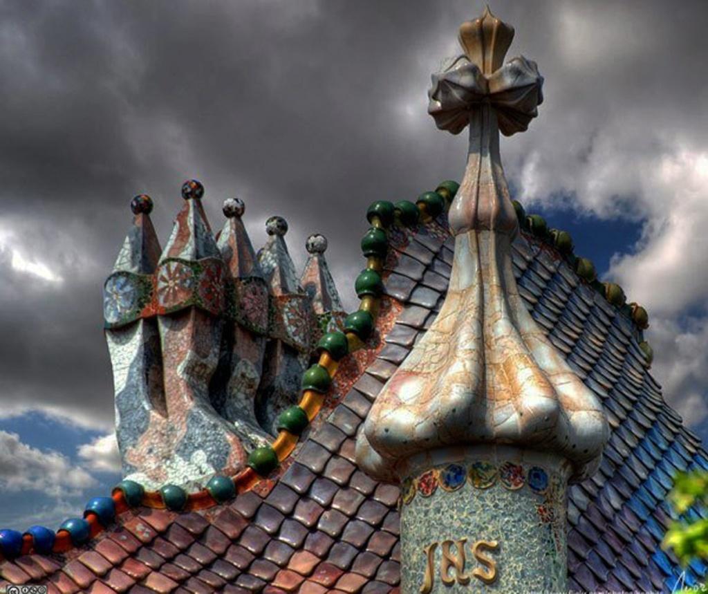 Барселона. Каса Бальо. Антонио Гауди. 1906. Крест Святого Георгия, венчающий высокую башенку, - символ победы Героя над злом....