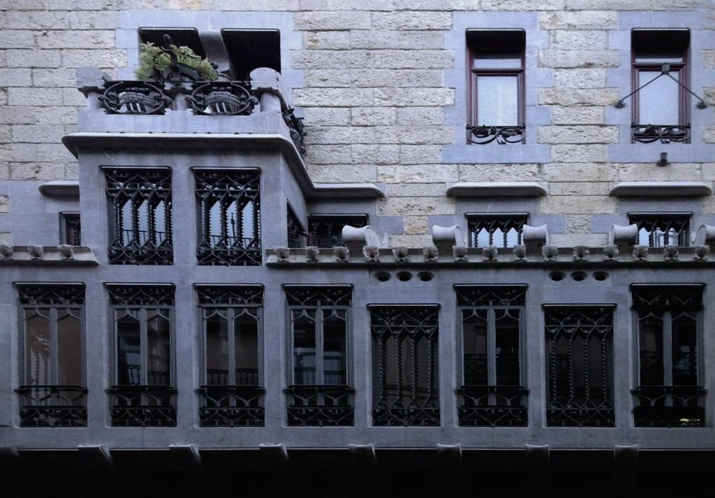 Барселона. Дворец Гуэля. 1885-1890. Архитектор Антонио Гауди. Фрагмент главного фасада Дворца с эркером (трибуной) в его двухэтажной, завершающей композицию, левой части.