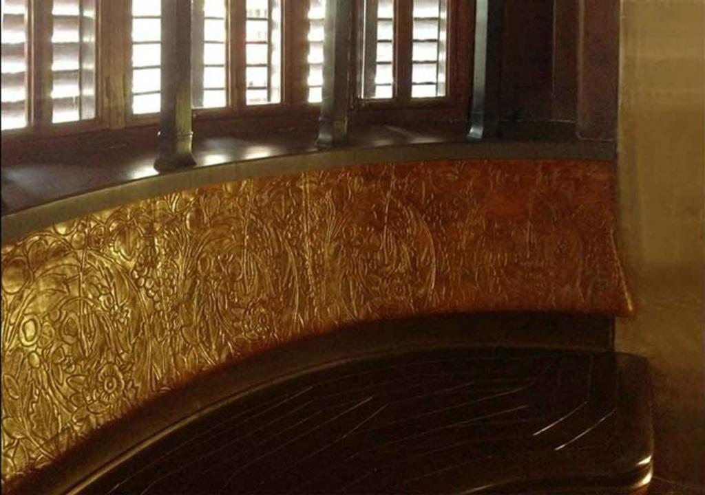 Барселона. Дворец Гуэля. Арх. Антонио Гауди. 1890 год. БЕЛЬЭТАЖ. Малая гостиная. Скамья в эркере, крытая сафьяном, выполненная согласно требованиям эргономики..