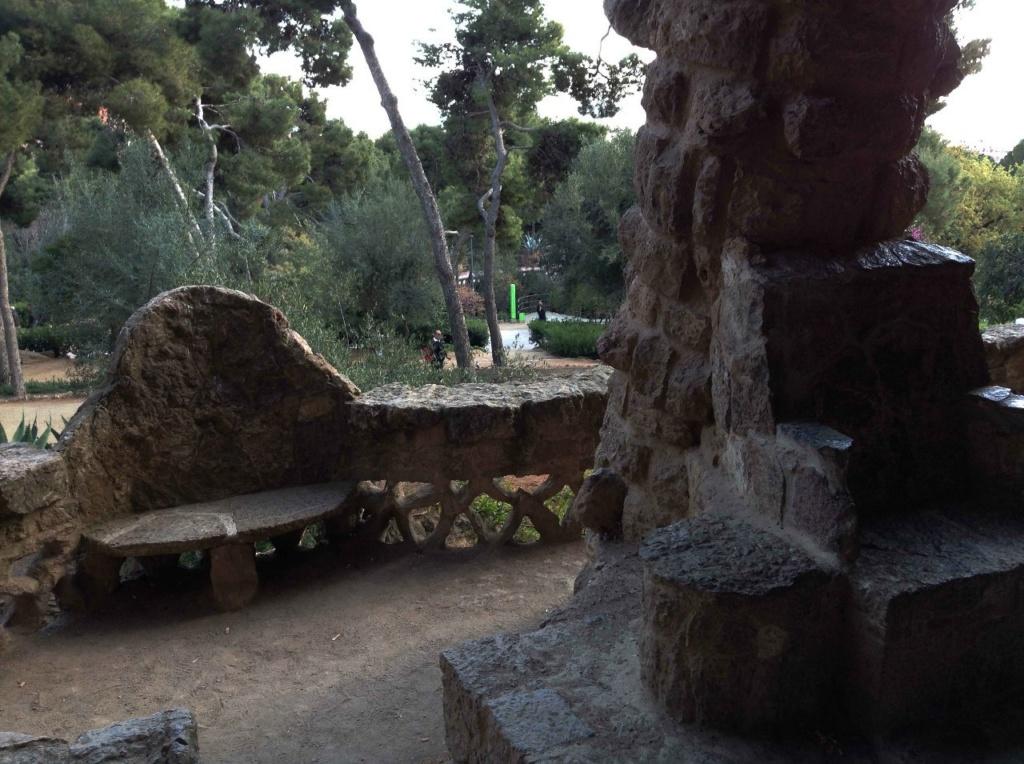 """Парк Гуэля. Нижний виадук (""""Музейный"""") в готическом стиле. Каменная галерея в прогулочной зоне оборудована решетчатым ограждением, сиденьями для отдыха и тронами для восседания. Все удобно, благодаря сомасштабности с человеком..."""