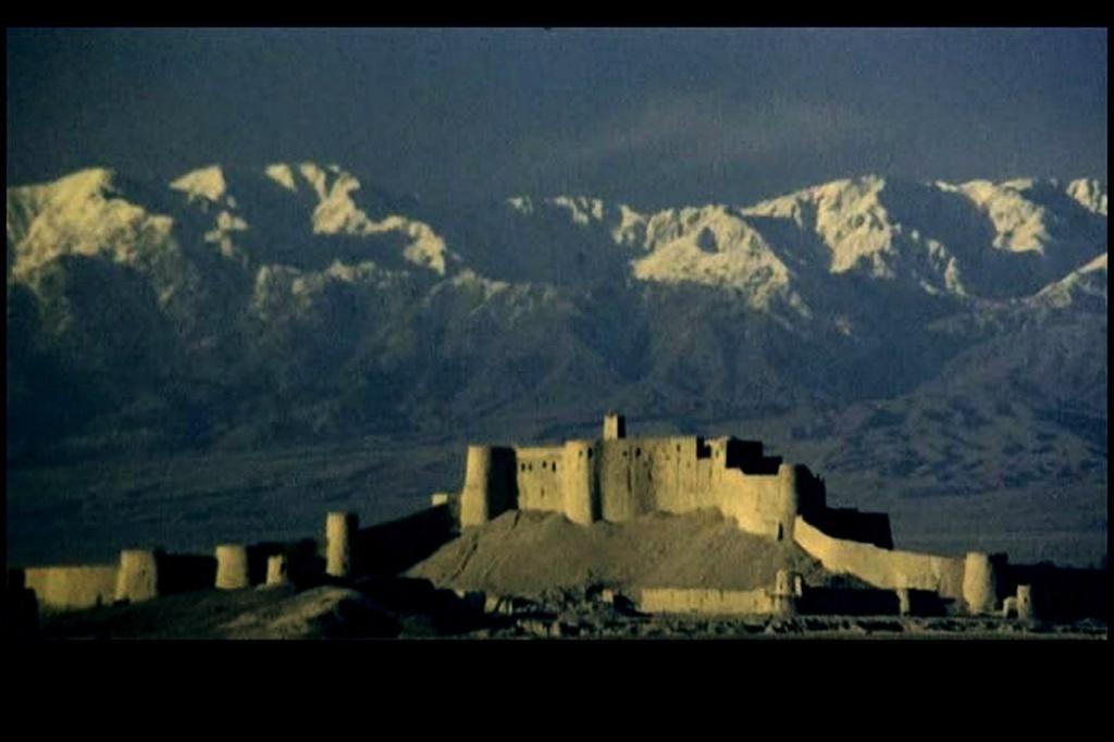 Вид крепости Бастиани со стороны подъезда. Они увидели Крепость в вибрирующем тусклом мареве. Даже горы укутаны так же. Все неясно. Все затеяно напрасно...
