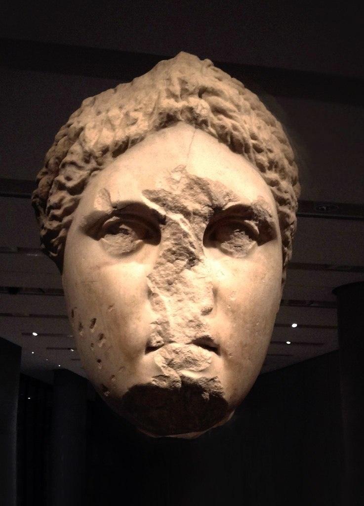 Голова культовой статуи Артемиды Брауронии, исполненной знаменитым скульптором IV века до н.э. Праксителем.