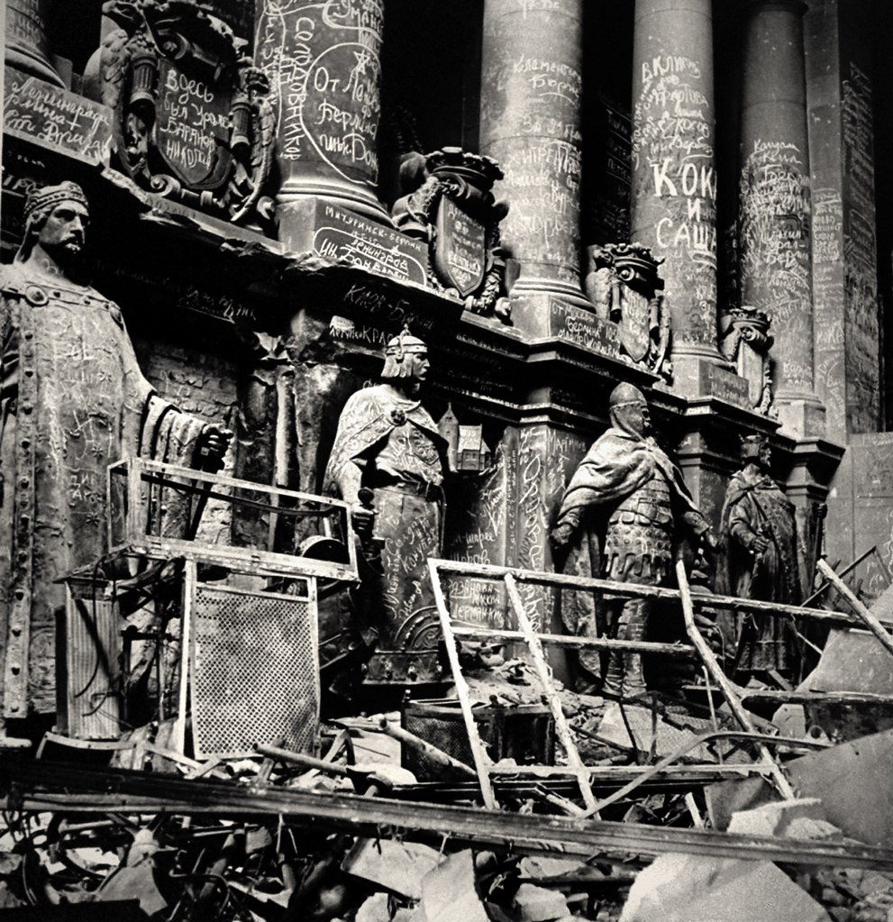Автографы, оставленные советскими воинами  на фасадах Рейхстага. Снимки сделаны фотографом LIFE Уильямом Вандайвертом. В данной подборке – его не публиковавшиеся ранее фото из бункера Гитлера и разрушенного Берлина.