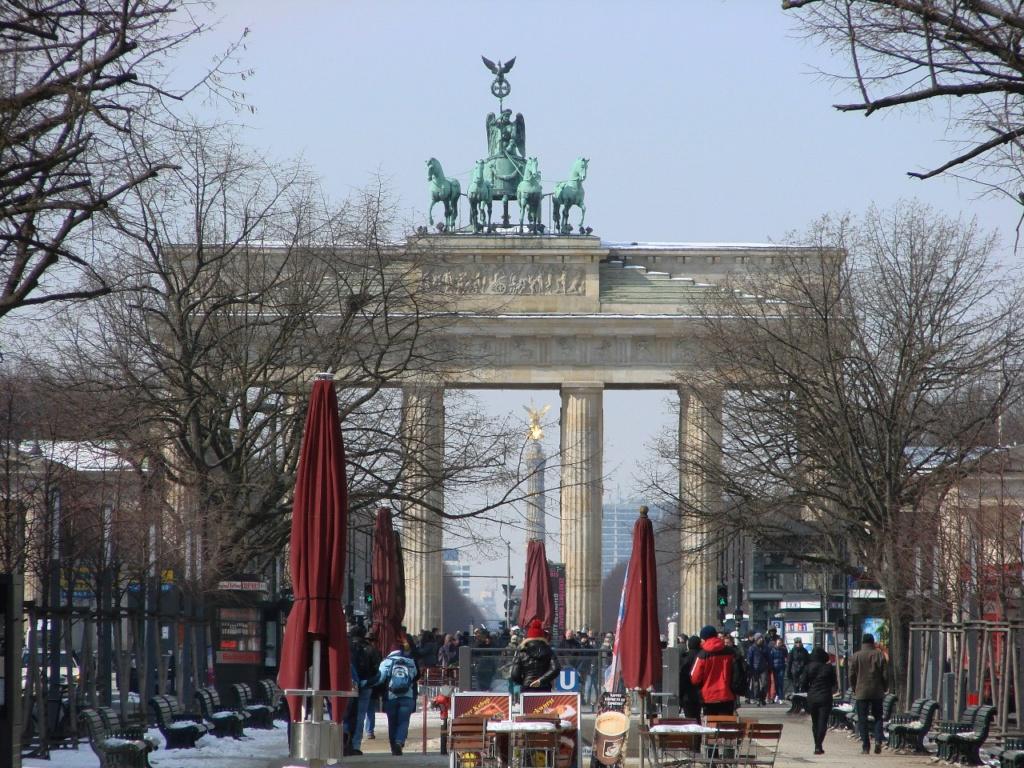 Восточный фасад Бранденбургских ворот. Вдали через центральный пролет видна Колонна Победы. Все собрано вместе - и Мир, и Война, и Величие, и суета.