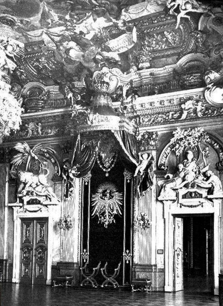 Берлинский Городской дворец. Интерьеры в стиле рококо. Декоратор Георг Венцеслаус фон Кнобельсдорф. 1750-е годы. Согласитесь, перед нами - ИЗЫСКАННЫЙ ОБРАЗ ЗЕМНОЙ СУЕТЫ.