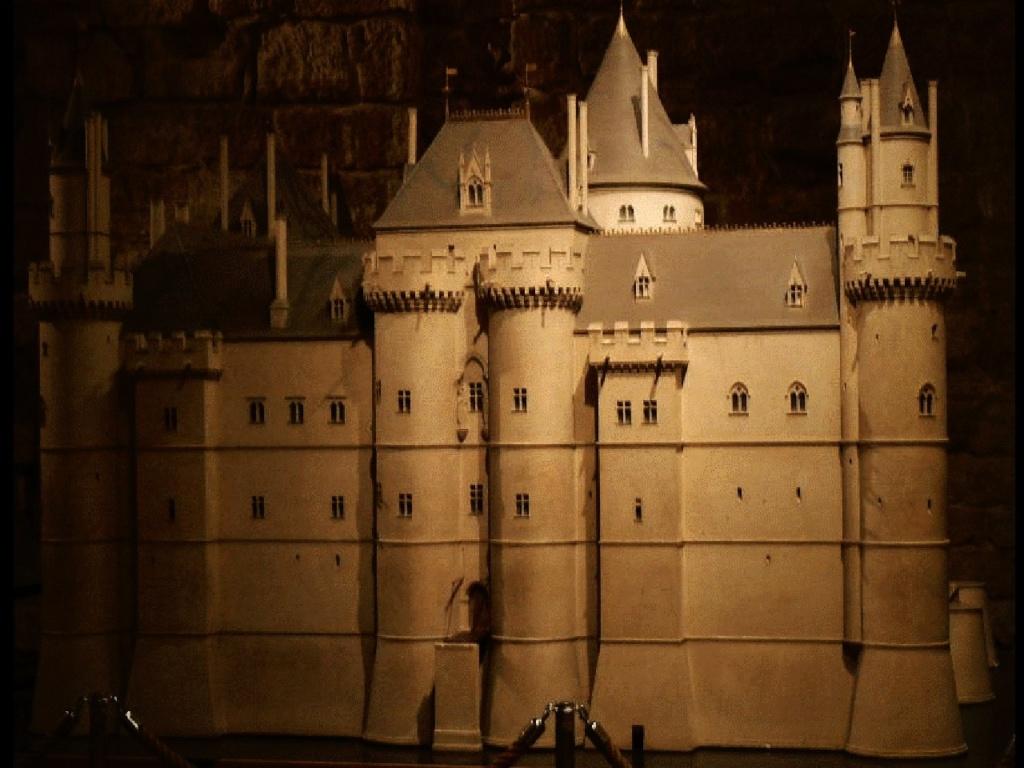 """Комплекс """"Средневековый Лувр"""" -  Музей истории собственно """"Лувра"""". Выставленный в комплексе макет крепости-замка Лувр, выполненный по современной графической реконструкции."""