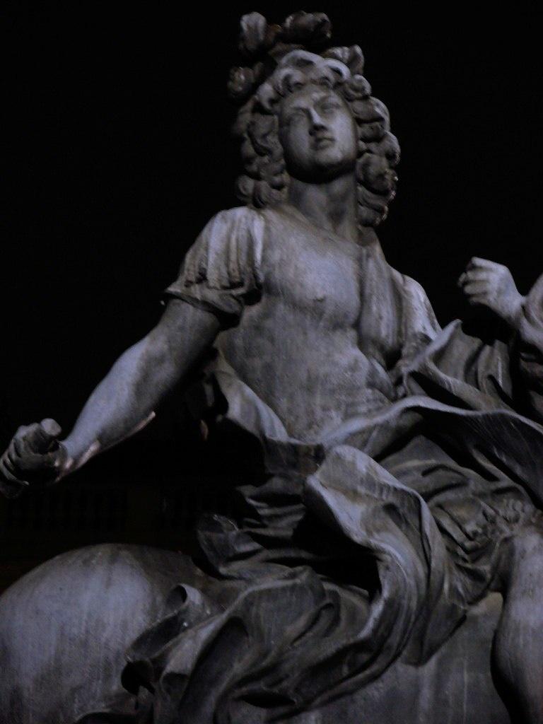 Конная статуя Людовика XIV, установленная на площади Лувра, что раскрывает в ночи свои тайны...