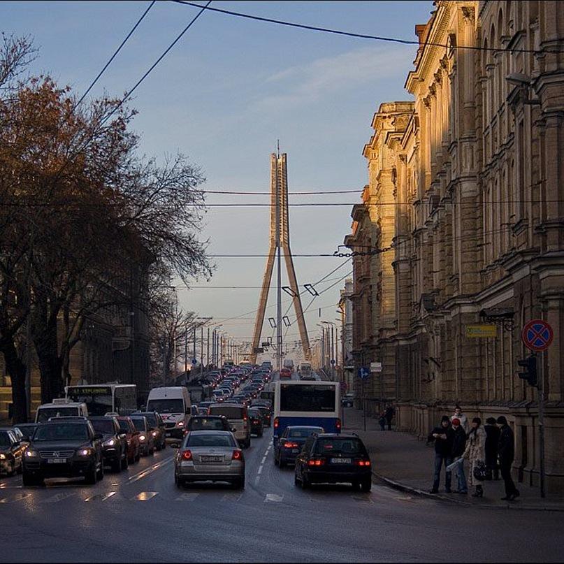Вид на Вантовый мост со стороны Старого города . В Риге около 80 мостов, больших и малых, старинных и новых. Самый молодой и современный мост через Даугаву – Вантовый, построенный в 1981 году...