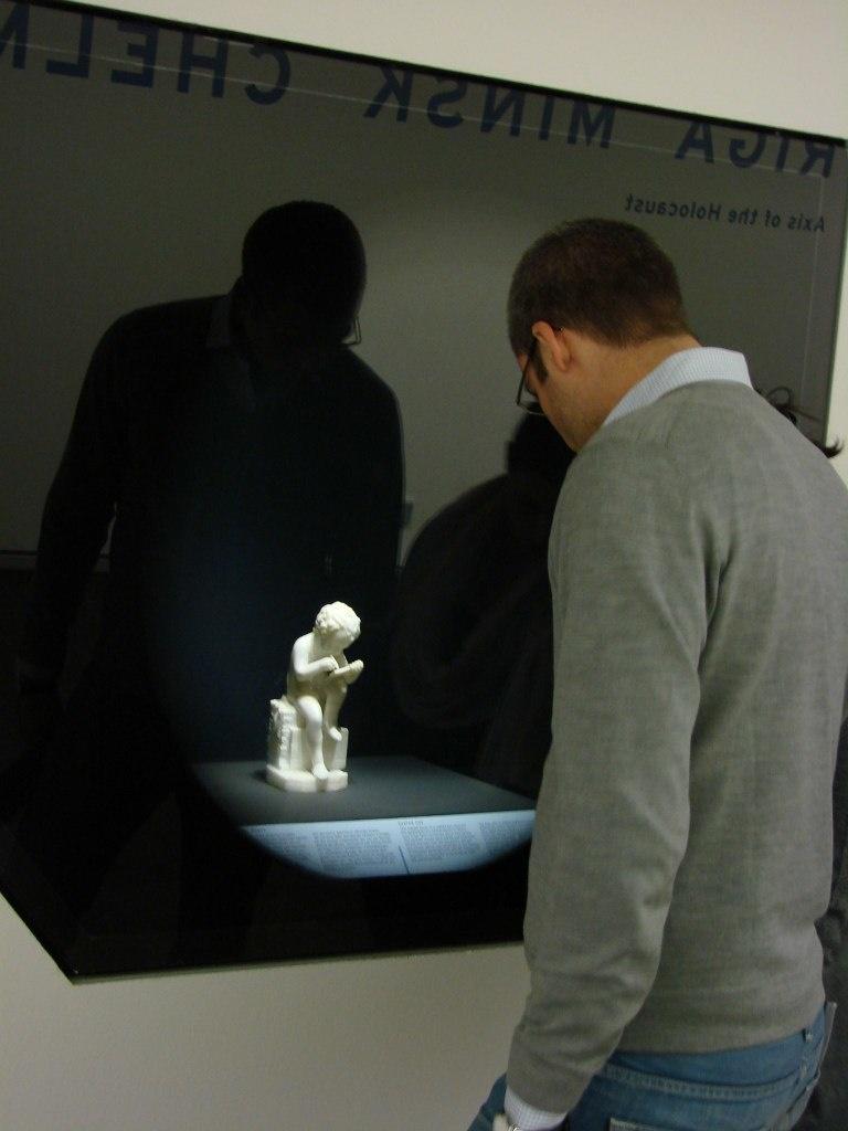 Берлин. Еврейский музей. Экспозиция в просмотровых нишах...