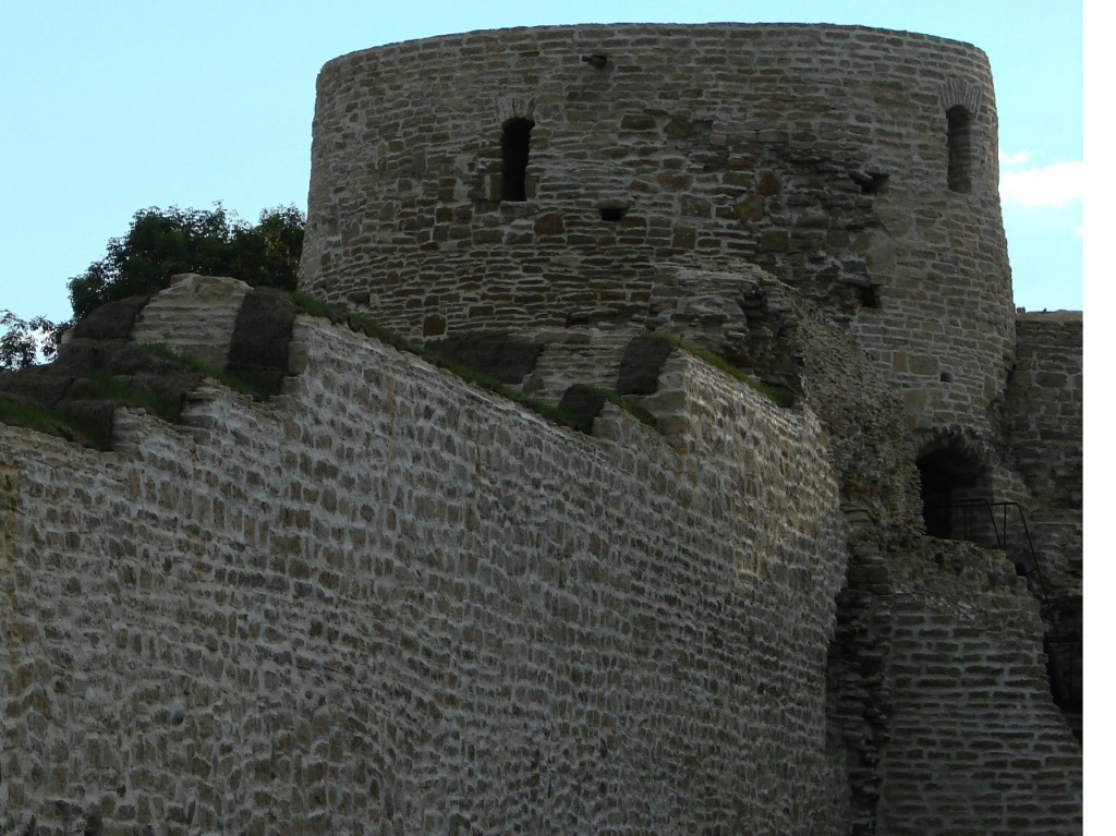 Башни и стены Изборской крепости с внутренней стороны...