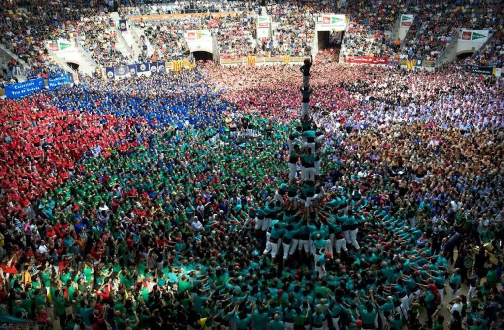 """17 – 25 июня в Каталонии отмечается главный праздник города Вальса - центра строительства """"Castells"""" (""""живых башен"""" или """"человеческих замков""""). Кроме башен, ожидается музыка и танцы на улицах и стадионах городов."""