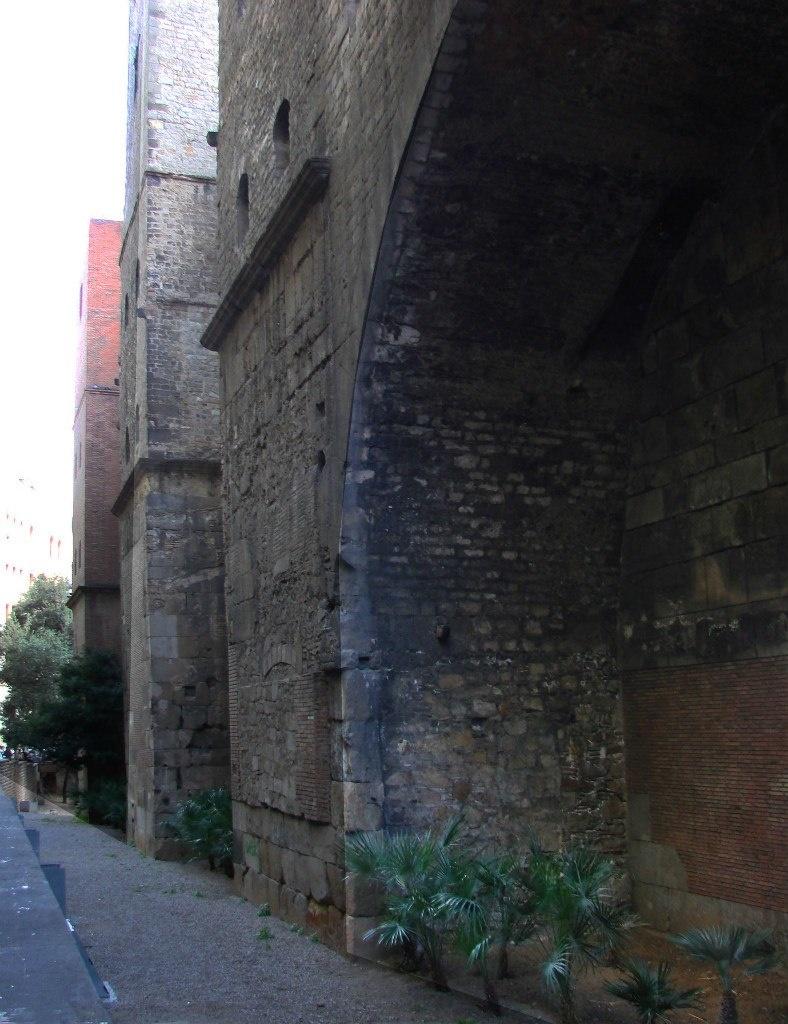 Римские оборонительные стены в Греческом квартале Барселоны.