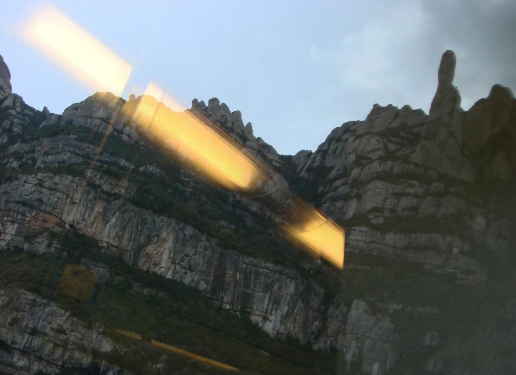 """Железнодорожный спуск с горы Монтсеррат в долину... На вершине горы - скала, называемая паломниками """"Божий перст"""". Туристы называют скалу ф... Не буду повторять чуждое суждение."""