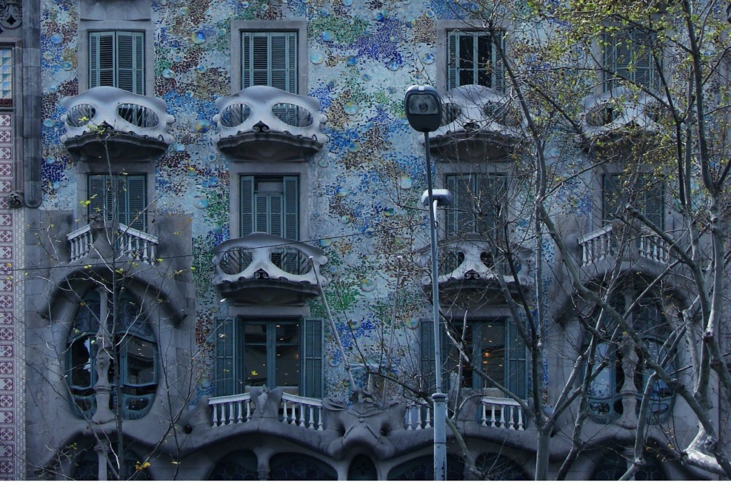 Каса Бальо. Арх. Антонио Гауди. Верхние этажи Дома, где появляются балкончики, похожие на глазастые черепа.