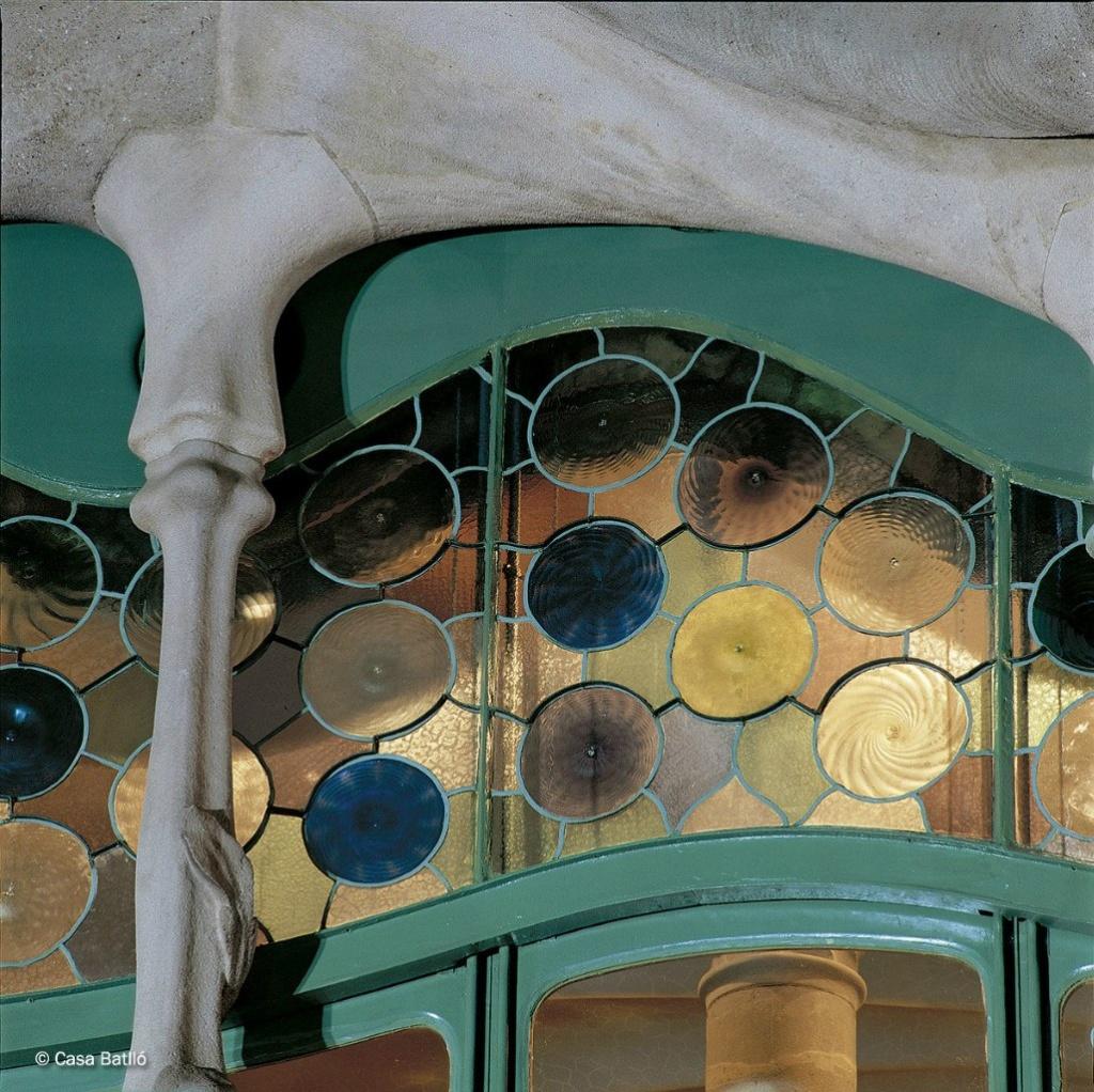 Барселона. Каса Бальо. Антонио Гауди. 1906. Фрагмент Главного фасада на уровне бельэтажа: фриз окна-витража с цветными стеклами со спиралевидным рисунком.