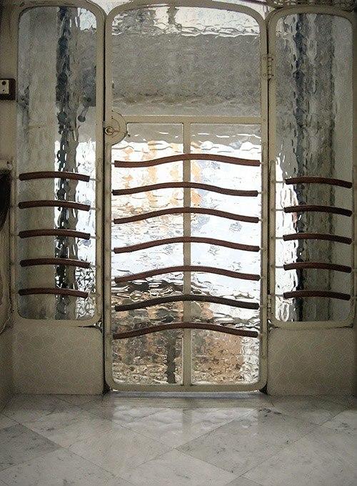 Барселона. Каса Бальо. Антонио Гауди. 1906. Перегородка из рифленого стекла. Что за пространство находится за ней, трудно угадать. Иллюзорность как самодостаточность...