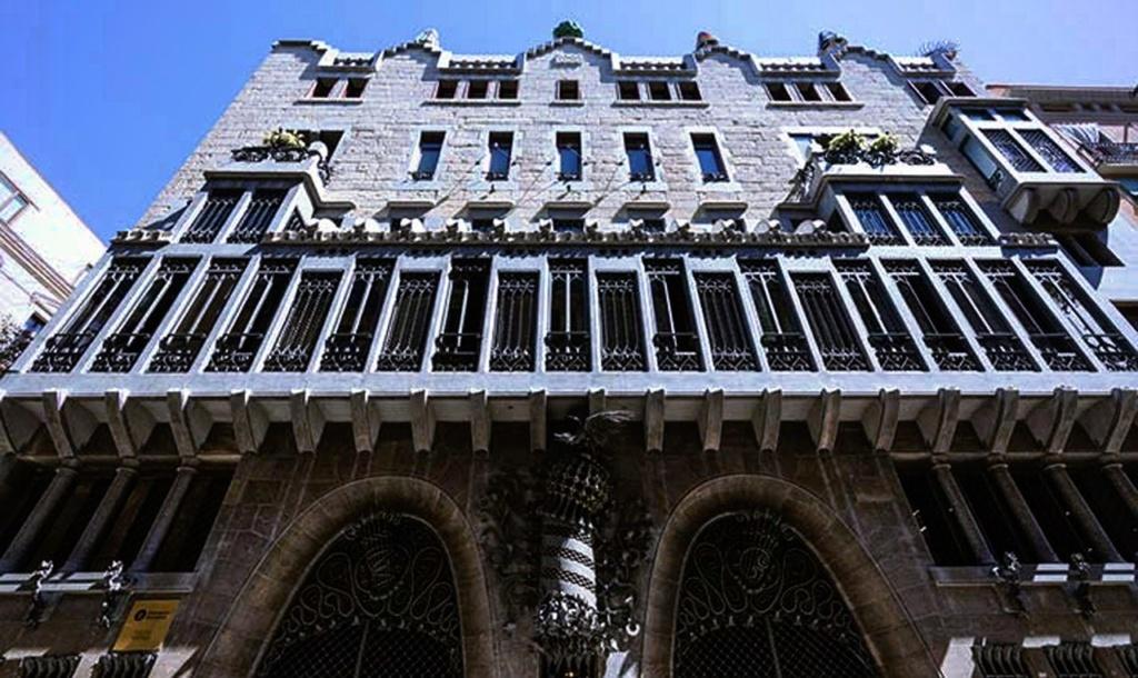 Дворец Гуэля расположен на земельном участке весьма скромных размеров (18 х 22 метров). Он втиснут в безнадежно узкое пространство Nou de la Rambla. А потому представляется своеобразным воплощением венецианского «палаццо».