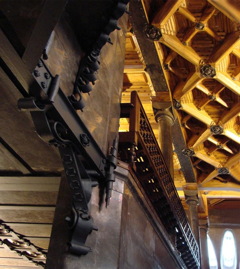 """Дворец Гуэля. """"Лестничная клетка"""" Боковой Парадной лестницы. Металлический кронштейн, установленный, как и положено, в месте сопряжения вертикальной стены и горизонтальной."""