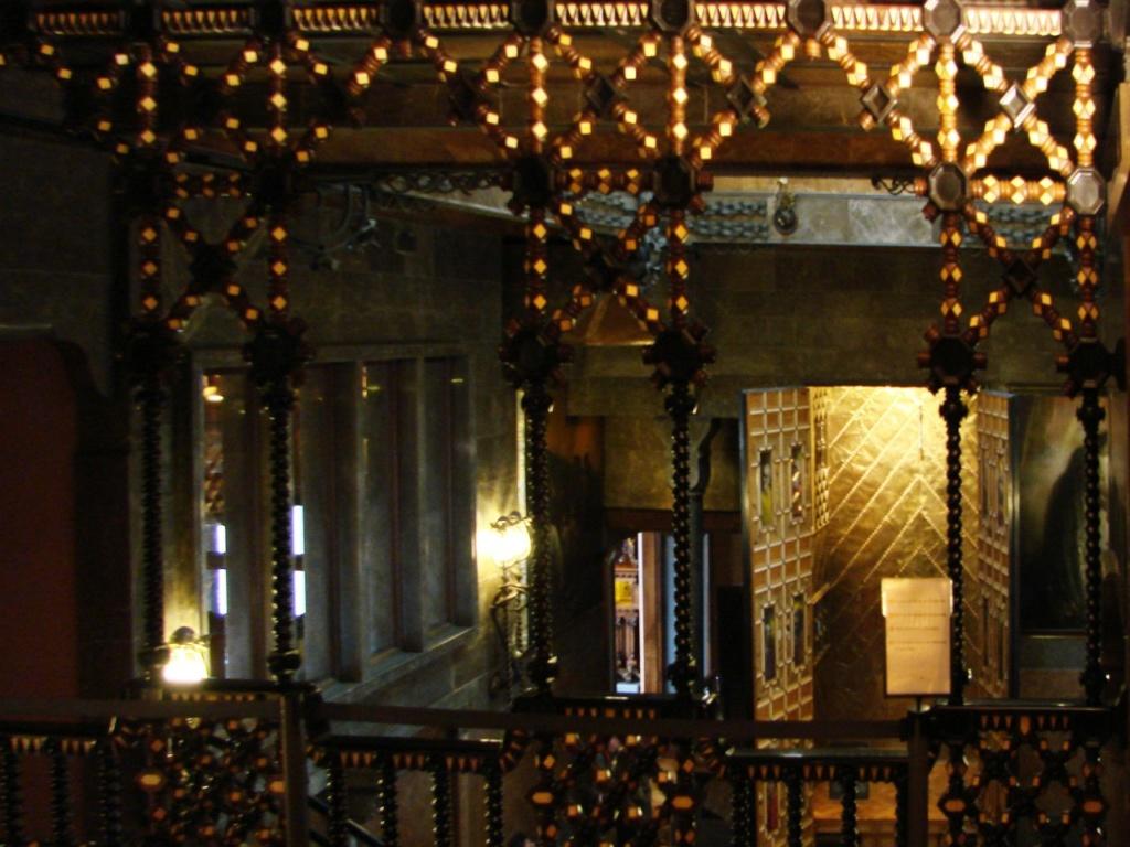 Дворец Гуэля. Вид на бельэтаж с высоты антресоли. Здесь во время балов и концертов располагались оркестр и хор.