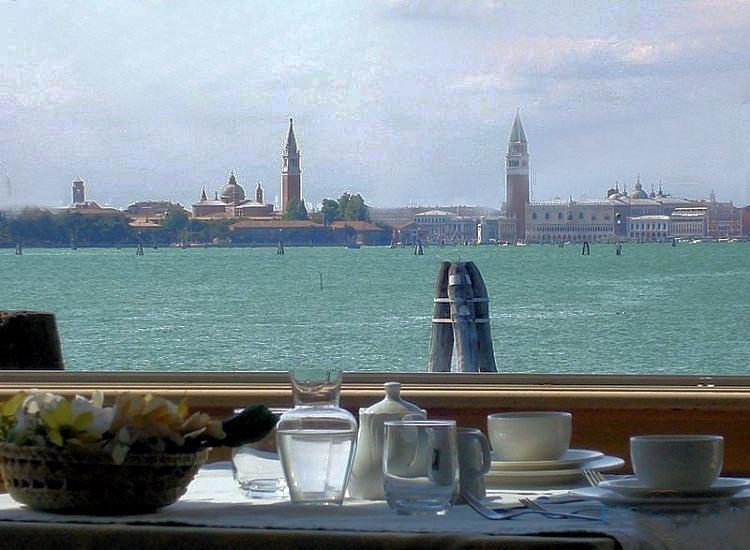 Вид на Венецию с острова Лидо...