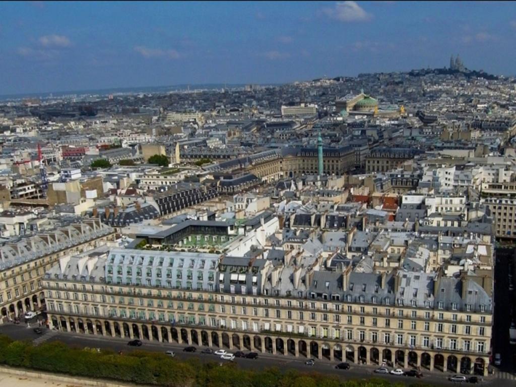 Господи, Боже мой, как прекрасен Париж... Видна Вандомская площадь с одноименной колонной. Видна Гранд- Опера. По холму поднимается ввысь Монмартр с базиликой Сакре-Кёр...