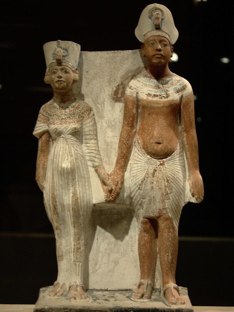 Эхнатон и Нефертити, по-видимому, в изображении, более близком к реальному. Раскрашенный известняк.