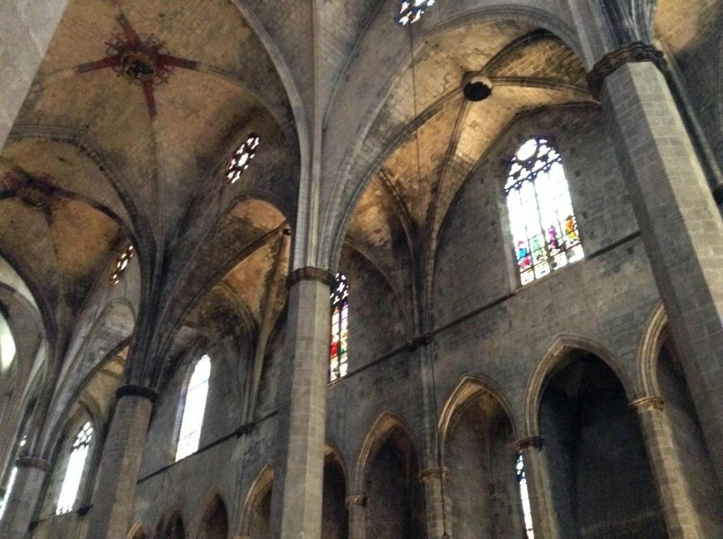 Интерьер собора Санта-Мария-дель-Мар, представляющего собой трехнефную базилику... Фото М. Бреслав.