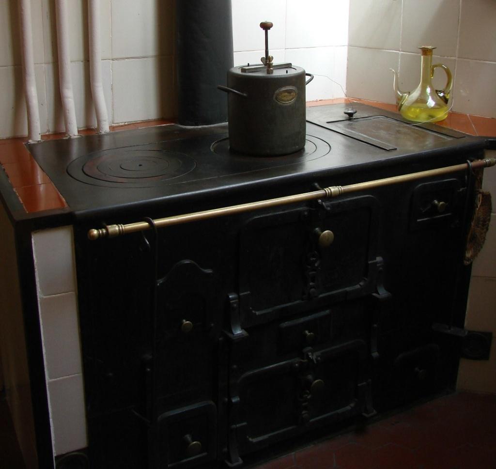 Каса Мила. Демонстрационная квартира, что оформлена в стиле 20-х годов XX века. Кухонная плита, изумительная...
