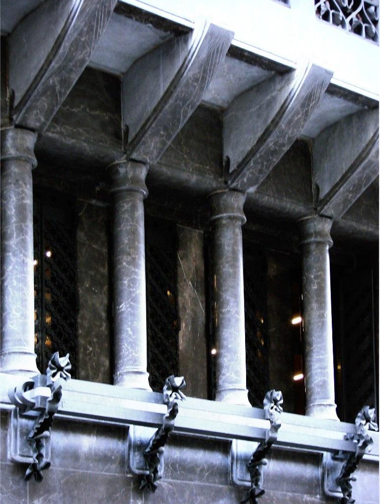 Дворец Гуэля. Главный фасад, выходящий на узкую Nou de la Rambla. Консоли на колоннах, поддерживающие эркер. Фасад строг по оформлению, лишен скульптурного декора, даже суховат в своей прямолинейности, особенно в сравнении с другими творениями Гауди.