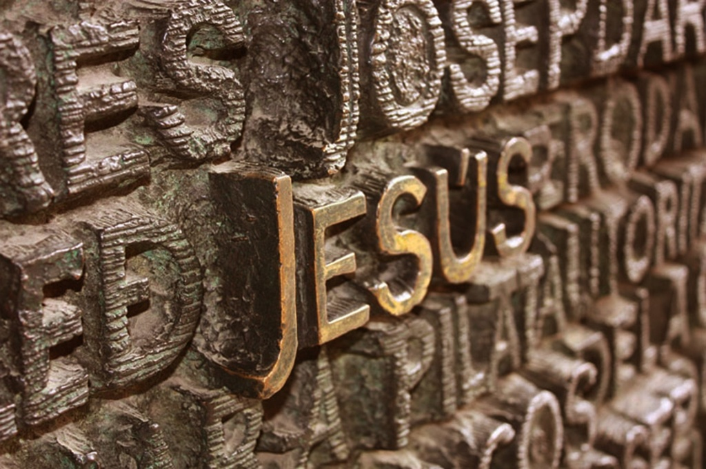 """ФАСАД """"СТРАСТЕЙ ХРИСТОВЫХ"""". Центральный портал: """"БИЧЕВАНИЕ ХРИСТА"""". Текст из Библии о последних двух днях Христа."""