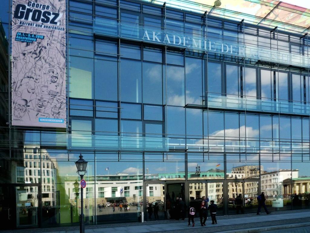 Новое здание Академии искусств построено после объединения Германии по проекту членов Академии Гюнтера Бениша, Манфреда Забатке и Вернера Дурта. До войны на этом месте находилась мастерская Шпеера - архитектора Гитлера.