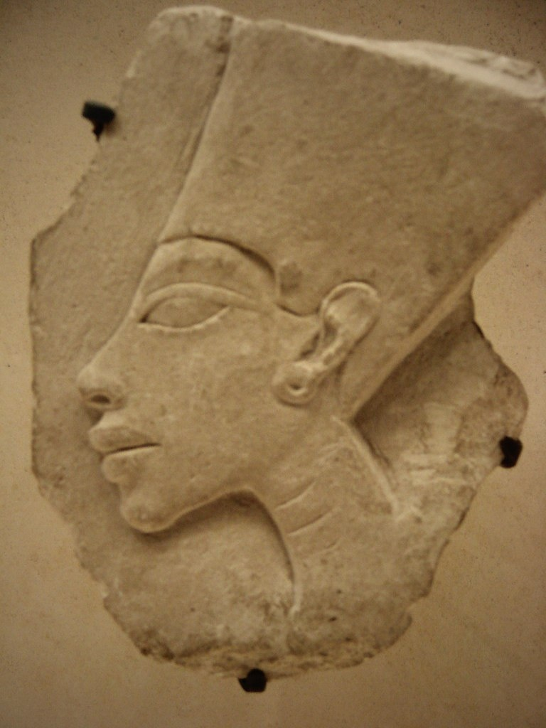 """Рельеф головы фараона Эхнатона, выполненной, в так называемом, """"лошадином стиле"""", ставшим характерным для АМАРНСКОГО ИСКУССТВА, пришедшего месте с ним и вместе с ним же ушедшего."""